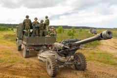Portugese militairentribunes op een militaire vrachtwagen met een gebiedshouwitser Stock Foto's