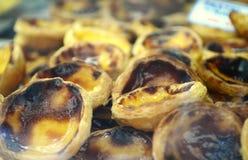 Portugese nationale gebakjes: De Scherpe achtergrond van de eivla (Pastelkleur DE nata) stock fotografie