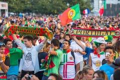 Portugese ventilators tijdens vertaling van de voetbalwedstrijd Portugal - def. van Frankrijk van het Europese kampioenschap 2016 Stock Foto