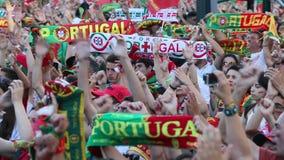Portugese ventilators tijdens videovertaling van de voetbalwedstrijd Portugal - def. van Frankrijk van het Europese kampioenschap stock footage