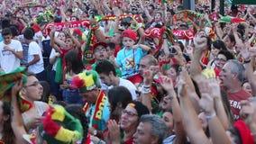 Portugese ventilators tijdens videovertaling van de voetbalwedstrijd Portugal - def. van Frankrijk van het Europese kampioenschap stock video