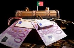 Portugese vlag bovenop krat Stock Afbeeldingen