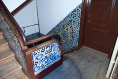 Portugiese deckt Azulejo - den Treppenhausschacht des Hauses mit Ziegeln Stockbild
