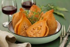 Portugiese dish Coxinhas de Frango auf Platte Lizenzfreie Stockfotos