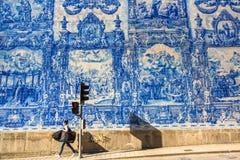 Portugiesische azulejo Fliese auf einer der Straßen der alten Stadt Lizenzfreie Stockfotografie