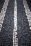 Portugiesische Bürgersteigspflasterungs-Straßensteine stockbild
