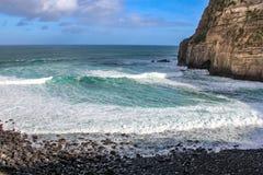 Portugiesische Küste mit blauem Meer stockbild