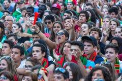 Portugis fläktar under den videopd översättningen av fotbollsmatchen Portugal - den Frankrike finalen av den europeiska mästerska Royaltyfri Fotografi