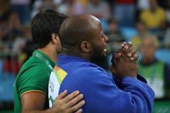 Portugis Judoka Jorge Fonseca i blått med lagledaren efter förlust mot Lukas Krpalek av matchen för Tjeckienmän -100 kg Arkivfoto