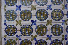 Portugis målade tenn-glasade keramiska tegelplattor Azulejos av Sintra den nationella slotten arkivbild