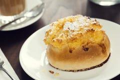 Portugis Pão de Deus Sweet Roll på plattan i kafé Arkivbild