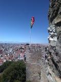 Portugisisk flagga i Castelo de São Jorge arkivbilder