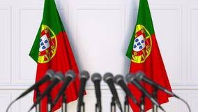 Portugisisk officiell presskonferens Flaggor av Portugal och mikrofoner begreppsmässigt framförande 3d Royaltyfri Foto
