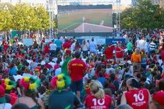 Portugisiska fotbollsfan som håller ögonen på sista euro 2016 Fotografering för Bildbyråer
