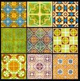 Portugisiska Retro tegelplattor med den geometriska modellen, glasade handgjorda Azulejos, Portugal gatakonst, patchwork arkivbilder