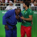 Português Judoka Jorge Fonseca no azul com o treinador após a perda contra Lukas Krpalek do fósforo dos homens -100 quilograma de Fotografia de Stock
