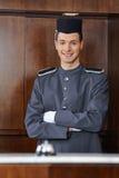 Portvakt i hotell med korsade armar Arkivbild