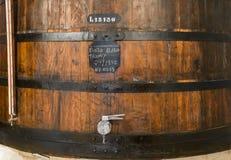 Portvin som mognar på trätrumman, källareinre i den Porto Oporto staden Royaltyfri Bild