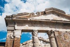 Portyk Octavia Portyk Di Ottavia jest antycznym strukturą z niebieskim niebem z białym chmury tłem w Rzym, Włochy zdjęcie royalty free