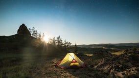 Poruszająca księżyc nad namiot przy nighttime upływem zbiory wideo