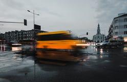 Poruszający żółty doręczeniowy samochód dostawczy Obraz Stock
