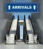 Poruszający eskalatorów schodki w lotnisku, przyjazdy podpisują Zdjęcia Royalty Free