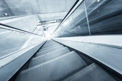 Poruszający eskalator w centrum biznesu Zdjęcia Stock