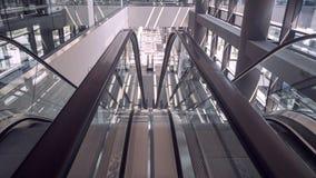 Poruszający eskalator w wnętrzu budynek biurowy zdjęcia stock