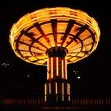Poruszający księżycowy parkowy carousel w wieczór Fotografia Royalty Free