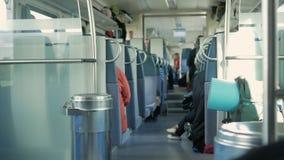 Poruszający pociąg inside Ludzie siedzą w ich miejscach, rzeczy rozprzestrzeniają out na półkach i podłoga zbiory wideo