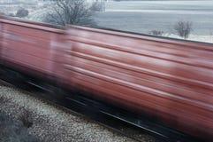 Poruszający pociąg towarowy przy linii kolejowej skrzyżowaniem Zdjęcia Royalty Free