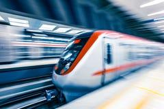 Poruszający pociąg w staci metru obrazy royalty free