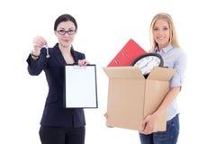 Poruszający pojęcie - atrakcyjna biznesowa kobieta pokazuje schowek i Zdjęcie Stock