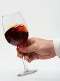 Poruszający czerwone wino w trzonu szkle Zdjęcia Royalty Free