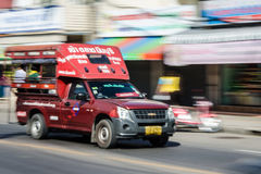 Poruszający Czerwony Tajlandzki minibus Obrazy Royalty Free