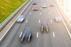 Poruszający samochody na pas ruchu drogi asfalcie pozwalali markingsMoving samochody na pas ruchu drogi asfalcie pozwalali ocecho Fotografia Royalty Free