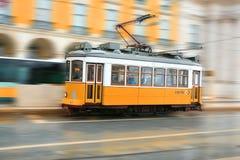 Poruszający tramwaj w Lisbon Zdjęcia Stock