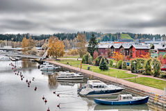 Porvoo Φινλανδία Ο ποταμός Porvoonjokl και τα σύγχρονα κτήρια Στοκ φωτογραφία με δικαίωμα ελεύθερης χρήσης