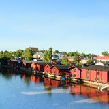 Porvoo in Finland Oude houten rode huizen op de rivieroever Stock Foto