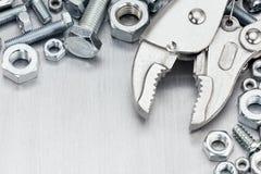 Porysowany metalu tło z różnorodnymi śruba ryglami o i narzędziami obraz stock