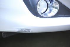Porysowany samochodowy frontowy zderzak zdjęcia stock