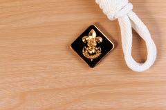 Porządność bielu harcerza arkana z roczników skautów odznaką na drewnianym stole Fotografia Royalty Free