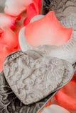Porzellan-Herzen und Rose Peddles Lizenzfreie Stockbilder