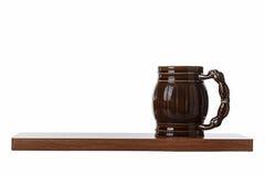 Porzellanbierkrug ist im Regal Lizenzfreie Stockfotos