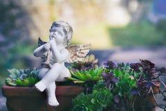 Porzellanengel als Dekoration im Garten Stockbild