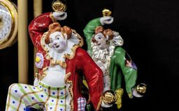 Porzellanfigürchen von jonglierenden Goldkugeln eines Clowns lizenzfreie stockfotografie