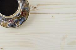PorzellanKaffeetasse auf Holztisch Lizenzfreies Stockbild