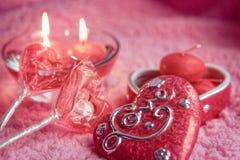 Porzellankasten, -lolipops und -kerzen in Form von Herzen auf einem rosa Hintergrund Romantisches Konzept des Valentinsgruß-Tages Stockbilder
