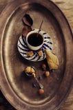 Porzellanschale, brauner Zucker und Blaubeeren stockfotografie