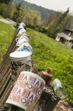 Porzellanschalen auf Gartenzaun Stockfotografie